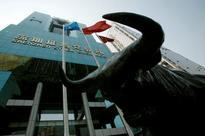 UPDATE 1-China stocks tumble as top regulator warns against
