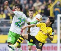 Kagawa helps keep Dortmund's title hopes alive