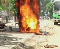 Mob attacks Jitan Ram Manjhi's cavalcade in Gaya, vehicle torched