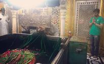 Photo of a Hindu and a Muslim praying at Delhi's Hazrat Nizamuddin Dargah shows the real India
