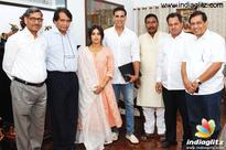 Akshay Kumar impresses Railway Minister Suresh Prabhu