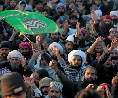 Pak Islamist groups call off protests after law minister quits